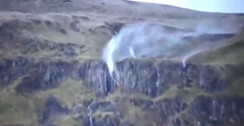 بدلاً-من-السقوط-،-بدأت-مياه-الينابيع-تطير-في-السماء-،-انظر-فيديو-مروع
