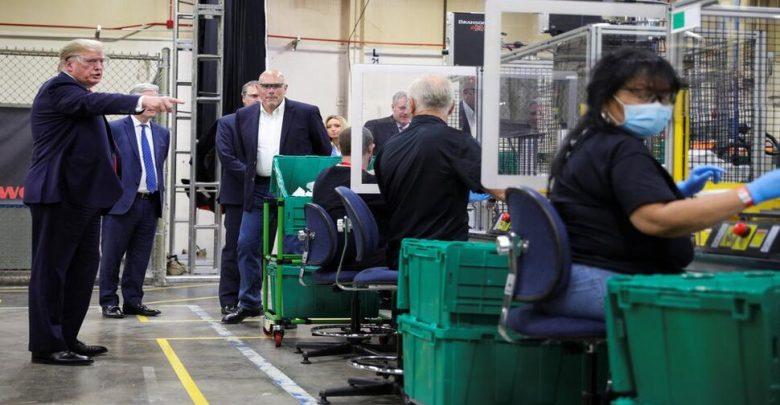 ظهر-إهمال-ترامب-الكبير-،-دون-ارتداء-قناع-،-لزيارة-المصنع