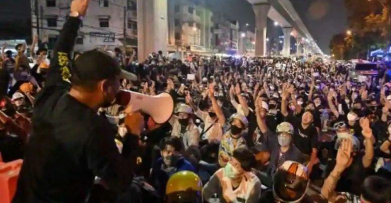 رئيس-الوزراء-يعقد-جلسة-البرلمان-في-تايلاند-والمحتجون-يضغطون-على-الاستقالة-من-منصبه