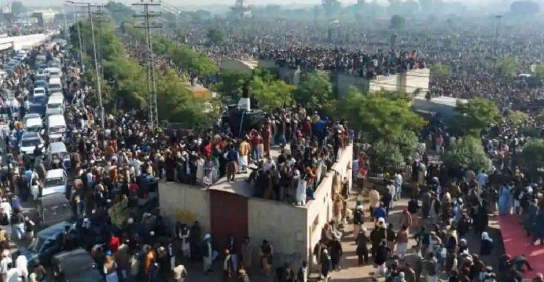 وتجمع-الآلاف-في-جنازة-مولانا-المسؤولة-عن-أعمال-الشغب-،-وأشاد-رئيس-الوزراء-الباكستاني