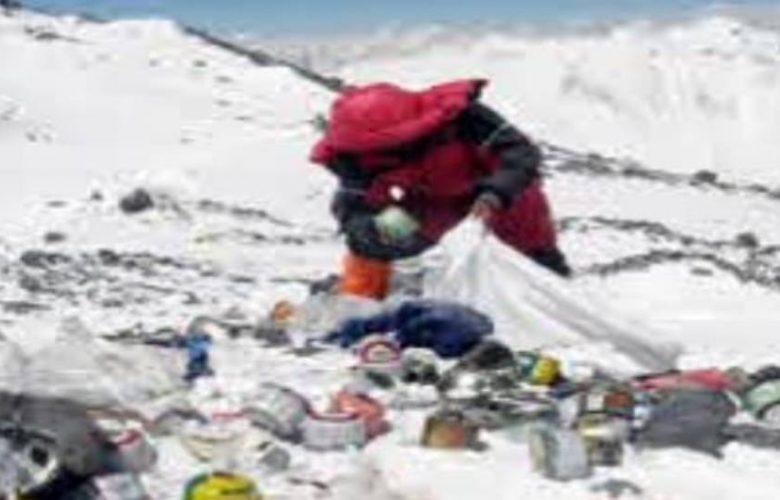 صدم-العلماء-بالكثير-من-التلوث-الموجود-على-قمة-جبل-إيفرست