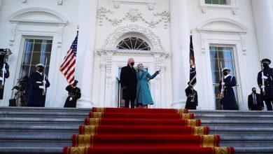 وداس-الرئيس-جو-بايدن-،-وهو-يقف-عند-بوابة-البيت-الأبيض-،-وهو-يمشي