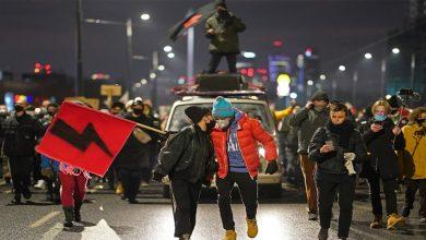 خرج-آلاف-الأشخاص-إلى-الشوارع-احتجاجًا-على-حظر-الإجهاض-في-بولندا-،-مطالبين-الحكومة-بالسحب-الفوري-للقانون-الجديد.