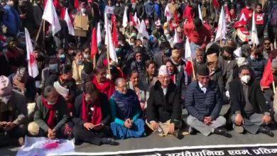 السياسة-النيبالية:-رئيس-الوزراء-السابق-بوشبا-كمال-داهال-ومادهاف-كومار-نيبال-يجلسان-في-الضارنة