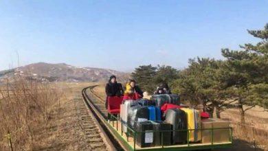 صورة-رائعة-من-كوريا-الشمالية-،-دبلوماسيون-روس-يسحبون-عربة-قطار-للعودة-إلى-ديارهم