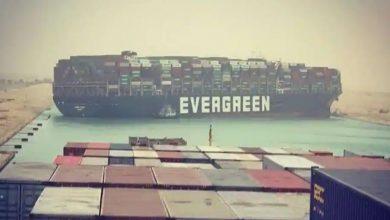 سفينة-حاويات-عملاقة-قادمة-من-الصين-محاصرة-في-قناة-السويس-،-ازدحام-مروري-طويل-في-البحر