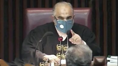 حدود-مكسورة-في-البرلمان-الباكستاني-رئيس-الوزراء-السابق-شهيد-عباسي-يهدد-بقتل-رئيس-مجلس-النواب-بالأحذية