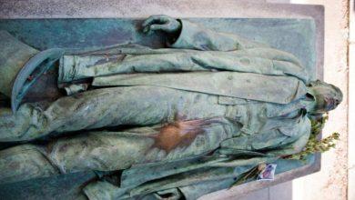 فرنسا:-يصل-الناس-إلى-قبر-الرجل-العادي-،-ويعتبر-المعبود-رمزًا-للحب