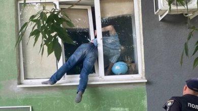 ألم-النافذة:-كان-يحاول-الدخول-إلى-منزل-صديقته-السابقة-،-عالقًا-في-النافذة-ومعلقًا-لساعات